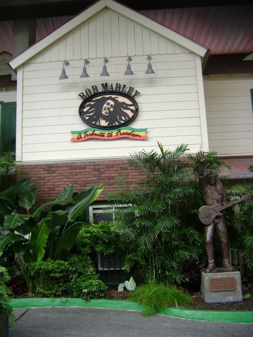 Acá en esta foto, el restaurante y centro nocturno 'Bob Marley - A tribute to freedom', acompañada de una estatua del legendario cantante jamaiquino.