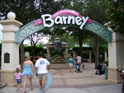 Próxima a la tienda anterior, la entrada a la atracción 'A Day in the Park with Barney'.