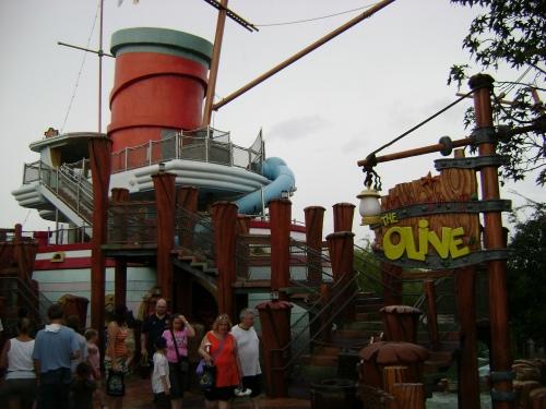 En esta foto se ve el barco de la atracción infantil 'Me Ship, the Olive'.